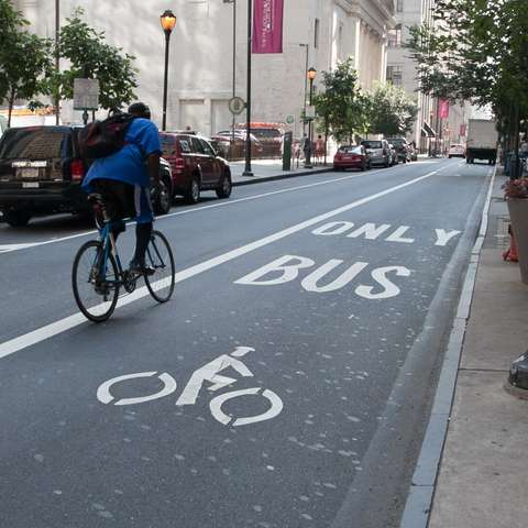 (VIDEO) Bicicliştii vor să aibă acces pe benzile RATB. Cum ar trebui să arate de fapt culoarul unic?
