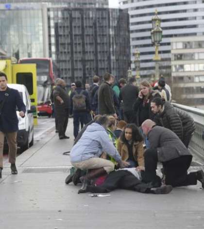 Londra, un ranit primind îngrijiri pe podul Westminster imediat dupa atentat