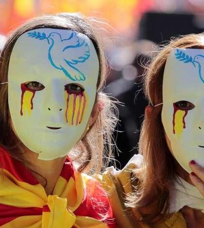 Manifestanti în favoarea unitatii Spaniei pe 8 octombrie la Barcelona