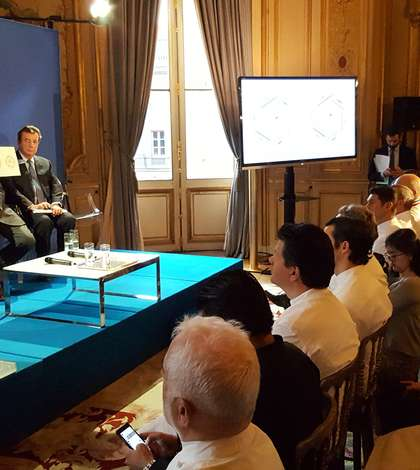 """Jean-Marc Ayrault, ministrul francez de externe, prezentând operatiunea """"Goût de France / Good France"""" în compania multor mari sefi francezi"""