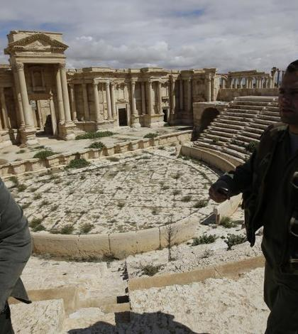 Soldaţi sirieni patrulează în oraşul Palmyra (Foto: AFP/Joseph Eid/arhivă 2014)
