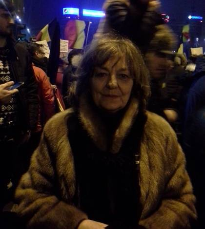 Poeta Ana Blandiana, la protestele din Piaţa Victoriei - arhivă (Sursa foto: Facebook/Ana Blandiana)