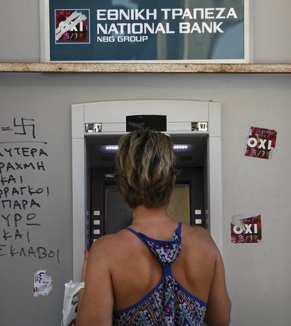 60 de euro e suma maximă care poate fi retrasă de greci de la bancomate