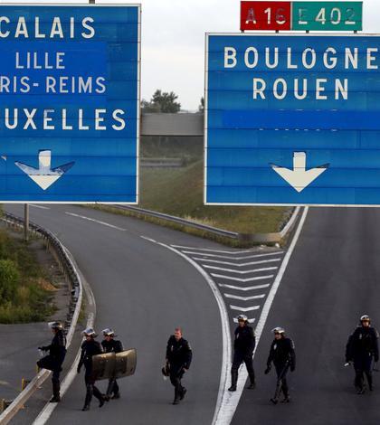 Poliția franceză încearcă să îi împiedice pe imigranții ilegali să intre în Eurotunel