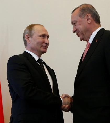 Preşedinţii Putin şi Erdogan dau mâna în Rusia (Foto: Reuters/Sergei Karpukhin)