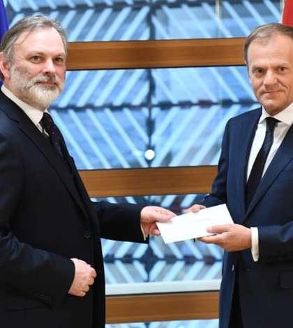 Ambasadorul Marii Britanii la UE, Sir Tim Barrow, și preşedintele Consiliului European, Donald Tusk