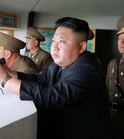 Liderul nord-coreean Kim Jong-un asistă la lansarea unei rachete (Foto: KCNA via Reuters)
