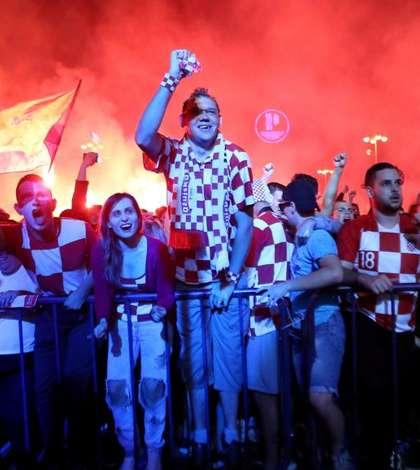 Suporterii croaţi, în extaz, după calificarea naţionalei în finala CM de fotbal (Foto: Reuters/Antonio Bronic)