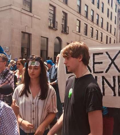 Doi tineri la marșul anti-Brexit de la Londra