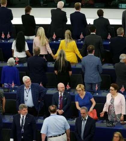 Deputaţii britanici din Brexit Party se întorc cu spatele în momentul intonării Imnului european, Parlamentul de la Strasbourg, 2 iulie 2019