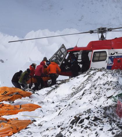 Victimele avalanşei de pe Everest sunt evacuate cu elicopterul