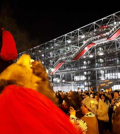 """""""Ursii"""" din Asàu în fata Centrului Pompidou"""