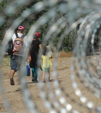 Cel puţin 18 imigranţi au trecut de gardul ridicat de Ungaria la graniţa cu Serbia