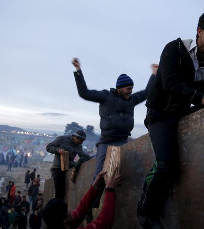Imigranţi, la graniţa greco-macedoneană (Foto: Reuters/Marko Djurica)