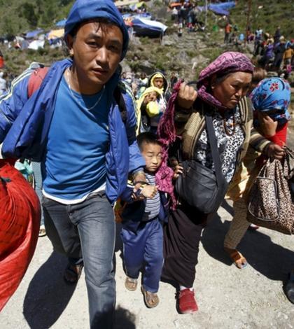 Mulţi oameni au rămas fără locuinţe. Ei sunt evacuaţi cu elicopterele din zonele izolate