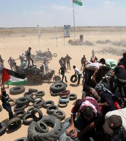 Palestinieni au adus pneuri pentru a le da foc cu scopul de a crea o perdea de fum pentru a îndeparta armata israeliana, 15 mai 2018 la frontiera între Gaza si Israel