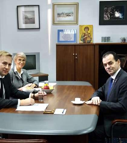 Ludovic Orban, la preluarea mandatului de ministru al Sănătății de către Victor Costache, în prezența vicepremierului Raluca Turcan (Sursa foto: gov.ro)