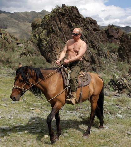 Vladimir Putin, călărind la bustul gol