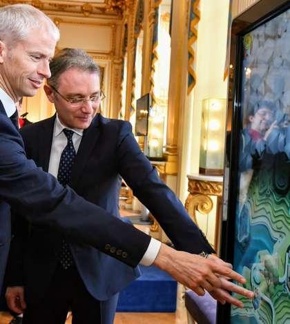 """Franck Riester, ministrul francez al culturii, si Luca Niculescu, ambasadorul României în Franta, """"testând"""" jocul Romanica"""