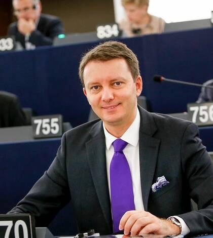 Dacă Guvernul Maia Sandu va fi lăsat să-și facă treaba, asistența macrofinanciară promisă de Uniunea Europeană, ar putea să ajungă în Republica Moldova în maximum 1 an, cu prima tranșă plătibilă chiar în septembrie, spune la RFI eurodeputatul Siegfried Mu
