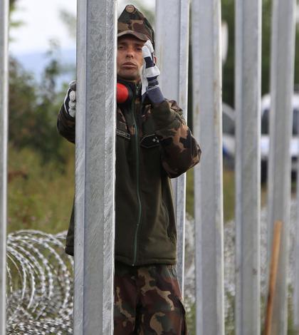 Soldat ungar, lângă un gard de sârmă ghimpată, la graniţa cu Croaţia (Foto: Reuters/Bernadett Szabo)