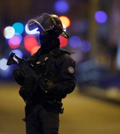 Un politist din fortele de ordine speciale patruleaza în Piata de Craciun din Strasbourg, 13 decembrie 2018.