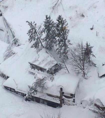 Cel puţin 30 de persoane sunt date dispărute, după o avalanşă produsă în centrul Italiei (Foto: Vigili del Fuoco via Reuters)