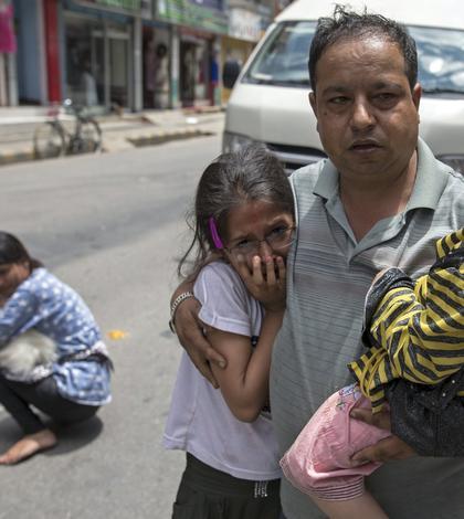 Localnici panicaţi după noul cutremur de marţi, 12 mai, din Nepal (Foto: Reuters/Athit Perawongmetha)