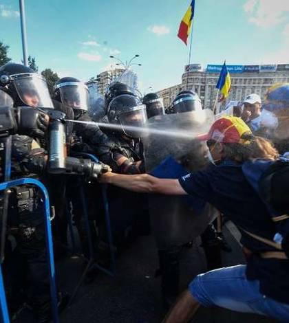 Jandarmii folosesc gaze lacrimogene împotriva unor protestatari, vineri, 10 august 2018 (Foto: AFP/Daniel Mihăilescu)